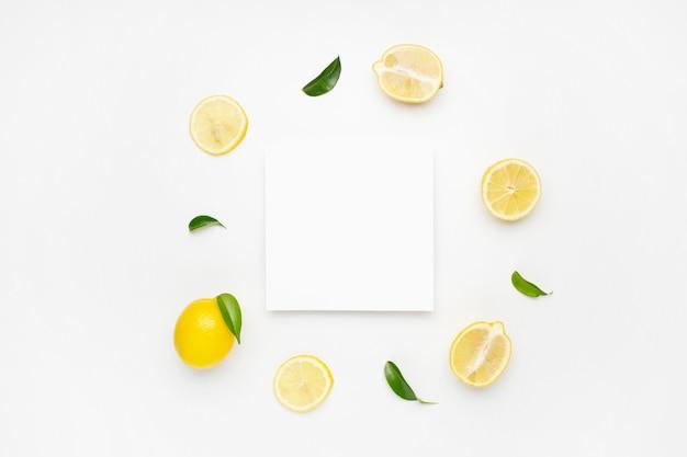 Composição elegante de conjunto de limões em uma superfície branca