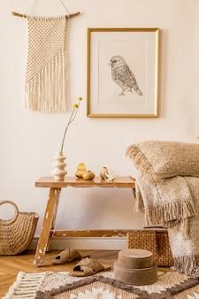 Composição elegante do interior da sala de estar com moldura simulada, banco de madeira, travesseiro, manta, bolsa feminina, macramê, flor, decortaion e acessórios pessoais elegantes na decoração moderna.