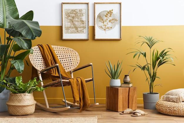 Composição elegante do interior da sala de estar com poltrona de vime de design e acessórios pessoais na decoração da casa em amarelo mel.