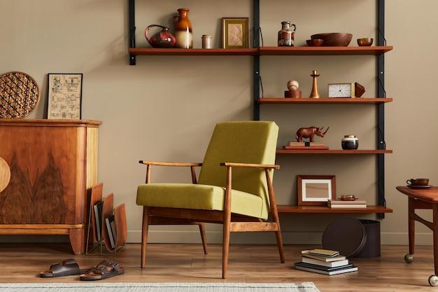 Composição elegante do interior retro da sala de estar com poltrona de design estante de madeira mesa de centro planta tapete chinelos decoração e acessórios elegantes na decoração