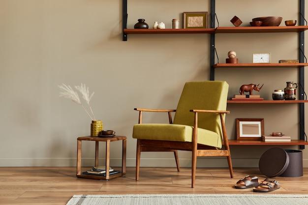 Composição elegante do interior retro da sala de estar com poltrona de design, estante de madeira, quadros de mesa de centro, decoração de chinelos de carpete e acessórios elegantes na decoração da casa