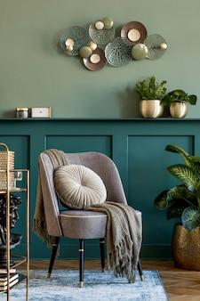 Composição elegante e moderna da sala de estar com poltrona cinza design, armário de bebidas dourado, plantas e acessórios pessoais elegantes. painéis de parede cinza com prateleira. decoração moderna.