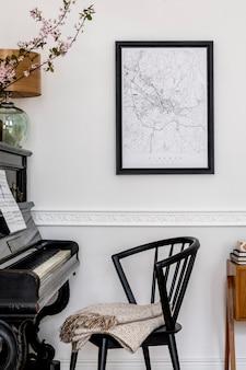 Composição elegante no interior da sala de estar com piano preto, cadeira de design, mapa de pôster preto, flores da primavera, lâmpada, móveis e acessórios pessoais elegantes em decoração moderna.
