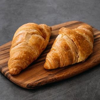 Composição em close-up de saborosos croissants