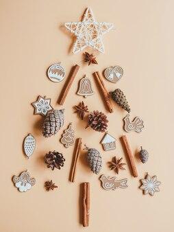 Composição em forma de árvore de natal a partir de pinhas, canela, anis