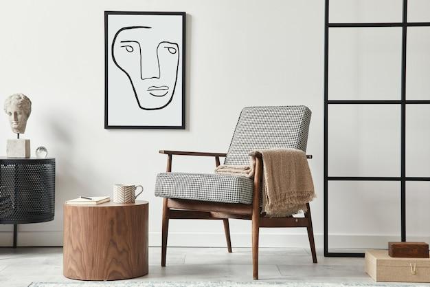 Composição escandinava elegante de sala de estar com poltrona de design, moldura preta, cômoda, banquinho de madeira, livro, decoração, parede do sótão e acessórios pessoais na decoração moderna da casa.