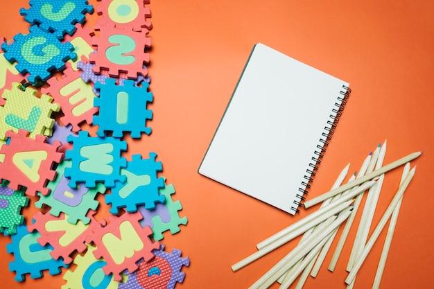 Composição escolar com papelaria e brinquedos