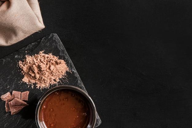 Composição escura plana leiga de chocolate com espaço de cópia