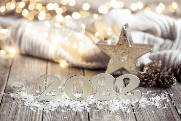 Composição festiva aconchegante com números e detalhes de decoração em close