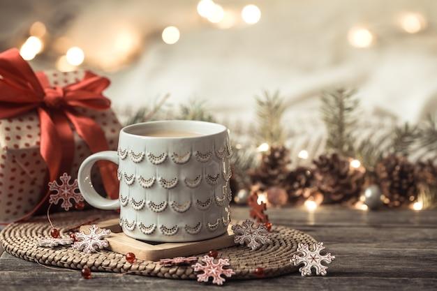 Composição festiva com caneca branca e caixa de presente