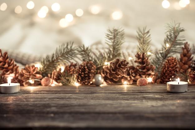 Composição festiva com cones e luzes.
