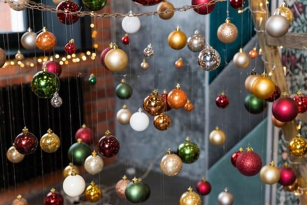 Composição festiva criativa com corda no fundo desfocado. conceito de inverno. decorações da árvore de natal, bolas coloridas. enfeites de natal. café, restaurante, decorações de rua. feliz ano novo