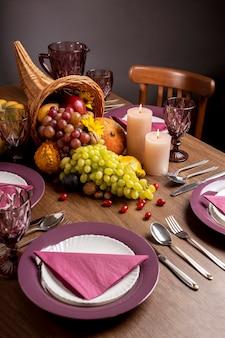 Composição festiva de cornucópia com comidas deliciosas