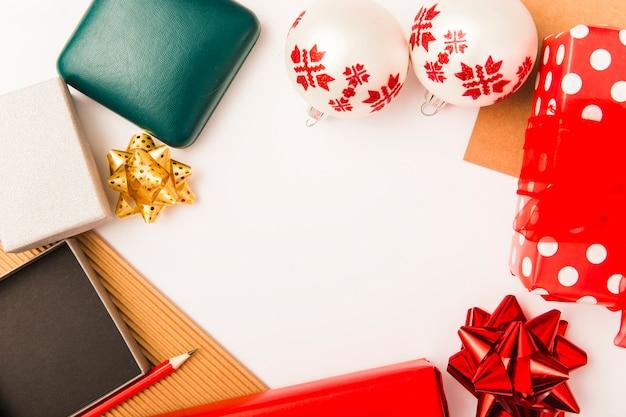 Composição festiva de decoração de natal em fundo branco