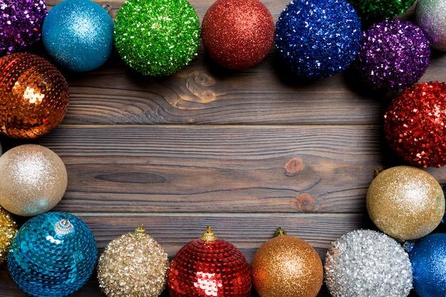 Composição festiva de enfeites decorativos em fundo de madeira