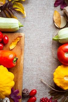Composição festiva de outono de abóboras, folhas, tomate e abóbora no fundo bege. conceito de dia de ação de graças ou halloween