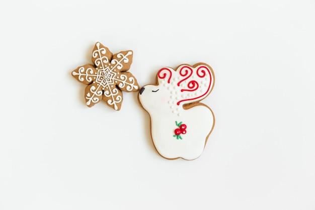 Composição flatlay de natal com biscoitos de pão no conceito de inverno, ano novo e natal