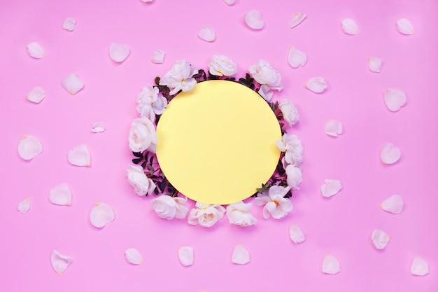Composição floral brilhante colorida. moldura feita de flores rosas brancas e pétalas