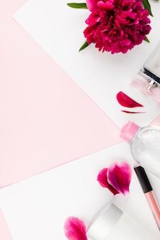 Composição floral com produtos cosméticos