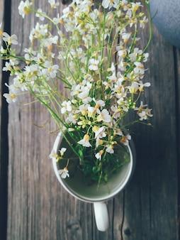 Composição floral de flores silvestres de verão