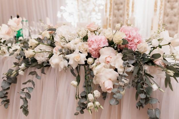 Composição floral decorativa em cima da mesa