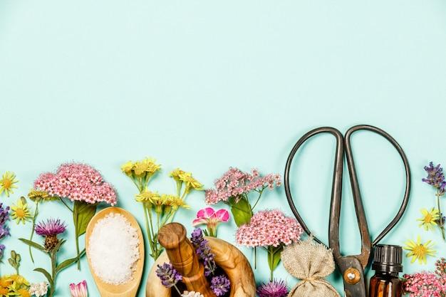 Composição floral feita de flores curativas selvagens e produtos spa
