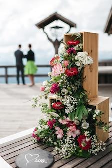 Composição floral postada em uma caixa vertical