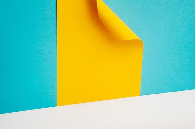 Composição geométrica feita com papelão azul e amarelo