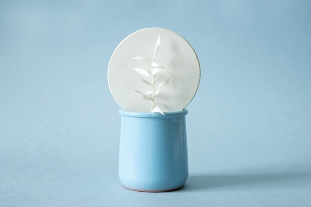Composição isométrica minimalista geométrica com forma de círculo e vaso moderno e brilhante com flor seca
