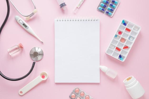 Composição médica plana leiga com tempalte de bloco de notas