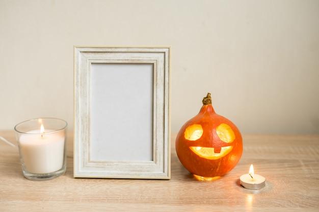 Composição mínima de outono. conceito de férias de ação de graças. molduras para fotos, abóbora em fundo branco. vista frontal, copie o espaço. foto de alta qualidade