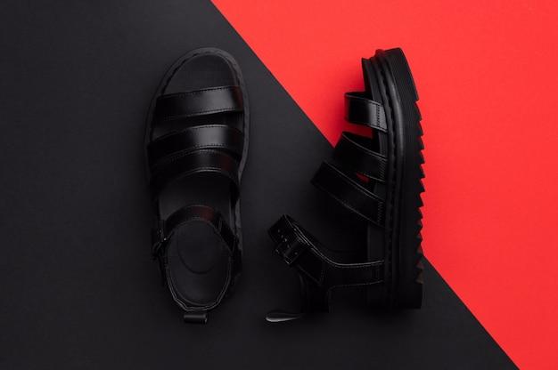 Composição mínima de vista plana leiga superior com sandálias em vermelho vermelho e preto