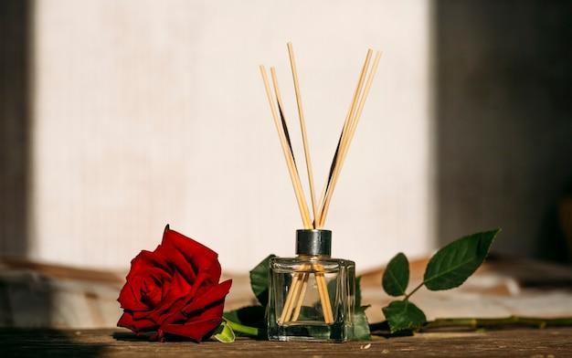 Composição minimalista com bastões de aroma e espaço de cópia de óleo de aroma