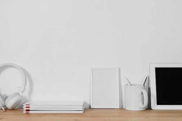 Composição minimalista com moldura em branco