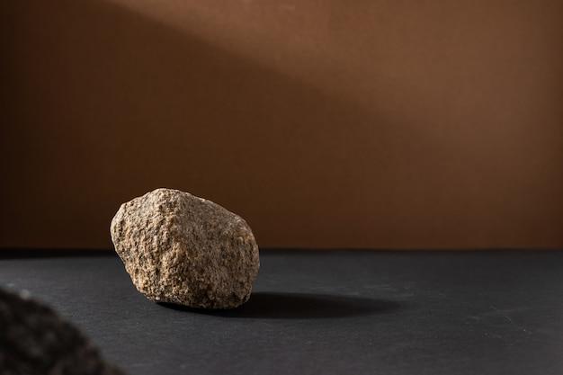 Composição minimalista da vida marrom bege com material natural: pedra, arte moderna abstrata conceito de design copyspace plataforma fundo vista lateral