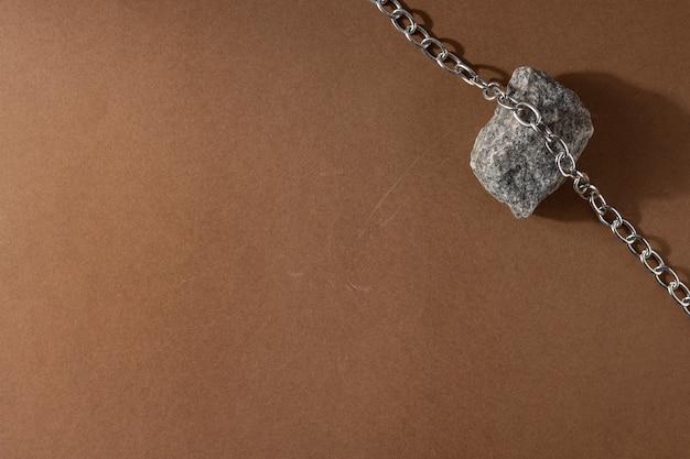 Composição minimalista de natureza morta bege marrom com material natural: corrente de pedra e aço, conceito de design de arte moderna abstrata copyspace vista superior