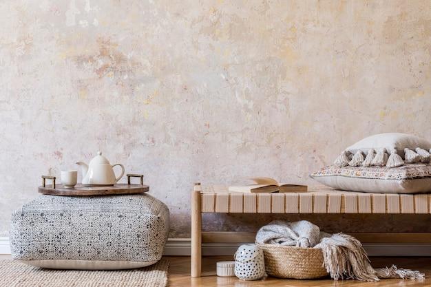 Composição minimalista de sala de estar oriental com chaise longue, móveis, travesseiros, xadrez, livro, decoração, espaço de cópia e elegantes acessórios pessoais na decoração da casa.