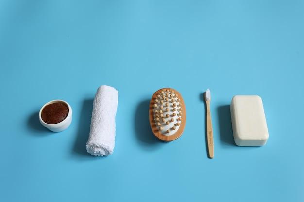 Composição minimalista de spa com sabonete, escova de dentes, escova de massagem, esfoliante e toalha, conceito de higiene pessoal.