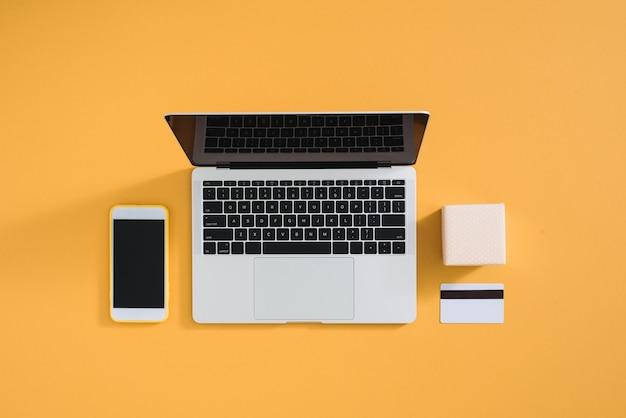Composição minimalista plana lay para embrulho de presente e compras na internet em cores