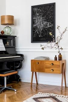 Composição moderna do interior da casa com um piano preto elegante, gabinete de design, tapete, flor, lâmpada, decoração, mapa de pôster e acessórios pessoais elegantes em uma decoração elegante.