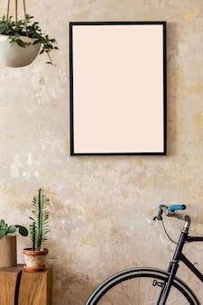 Composição moderna do interior da sala de estar com moldura preta, plantas, bicicleta hipster e acessórios pessoais. decoração elegante. parede de grunge. conceito wabi sabi ..