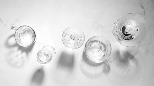 Composição monocromática de natureza morta com vidro