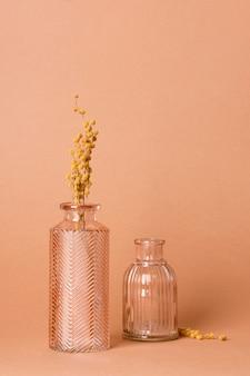 Composição monocromática de objetos de vidro em natureza morta