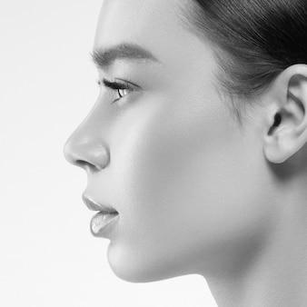 Composição natural da pele saudável da mulher do perfil da beleza asiática isolada no belo retrato cosmético branco. tiro do estúdio. monocromático. cinza. preto e branco.