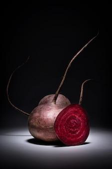 Composição natural do vegetal da beterraba vermelha, vista clara volumétrica do vegetariano das vitaminas da parte dianteira.
