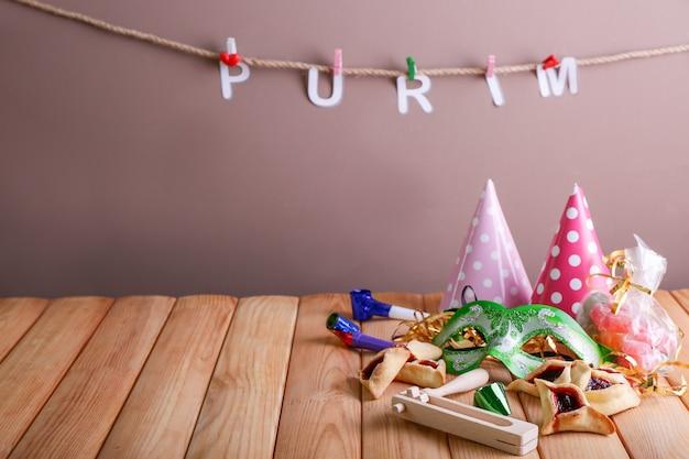 Composição para o feriado de purim na mesa de madeira