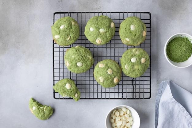 Composição plana com biscoitos matcha de chá verde na grade de resfriamento