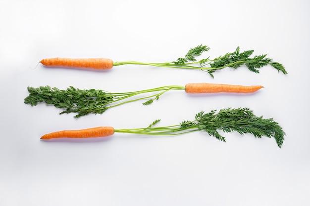 Composição plana com cenouras frescas maduras isoladas