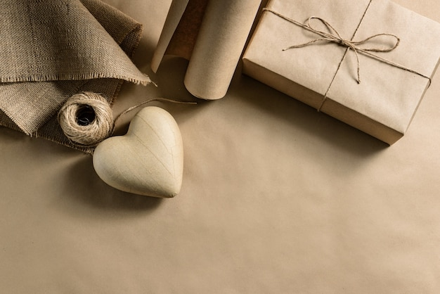 Composição plana com materiais para embrulhar um presente para o dia dos namorados.