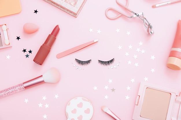 Composição plana com produtos para maquiagem decorativa em rosa pastel